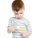 bakgrundsbarncleaning isolerade vita tänder Arkivbild