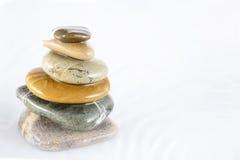 bakgrundsbegreppet stenar den vita zenen Arkivfoton