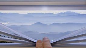 bakgrundsbergfönster Royaltyfria Bilder