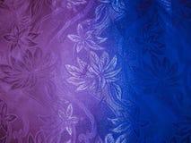 Bakgrundsbild av tygfärger av silvrig färg med en rosa färg- och blåttbakgrund i form av en lutning Royaltyfri Bild