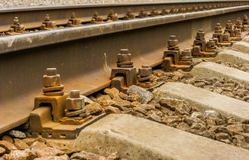 Bakgrundsbilden är en närbild av stänger och betonglängsgående stödbjälke Royaltyfri Foto