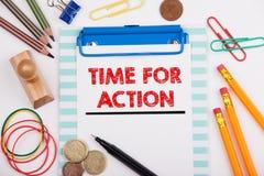 bakgrundsbilden för uppgift 3d isolerade stopwatchtidwhite Kontorsskrivbord med brevpapper och mobiltelefonen Fotografering för Bildbyråer
