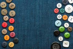 bakgrundsbluen buttons closeupjeans Arkivbild