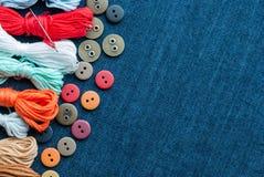 bakgrundsbluen buttons jeanstrådar Royaltyfri Bild