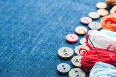 bakgrundsbluen buttons jeanstrådar Fotografering för Bildbyråer