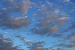 bakgrundsbluen clouds den mycket små skyen Arkivfoto