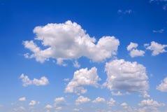 bakgrundsbluen clouds den mycket små skyen Royaltyfri Bild
