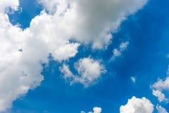 bakgrundsbluen clouds den mycket små skyen Fotografering för Bildbyråer