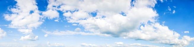 bakgrundsbluen clouds den mycket små skyen område moscow en panorama- sikt Arkivfoto