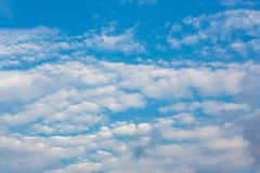 bakgrundsbluen clouds skyen Naturlig skysammans?ttning naturlig sky f?r sammans?ttning element f?r klockajuldesign royaltyfria foton
