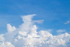 bakgrundsbluen clouds skyen Naturlig skysammans?ttning naturlig sky f?r sammans?ttning element f?r klockajuldesign arkivbild