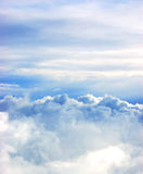 bakgrundsbluen clouds vita skies royaltyfria bilder