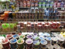bakgrundsblurcaddyen kan kundmejeriprodukter se synliga shoppingsupermarketvarumärken dig Arkivbilder