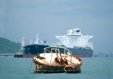 bakgrundsboj som förtöjer den rostiga tankfartyget Royaltyfria Foton
