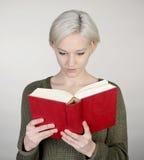 bakgrundsboken skapade ps-avläsningskvinnan Fotografering för Bildbyråer