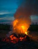 bakgrundsbrand flamm den orange fyrkanten Arkivbild