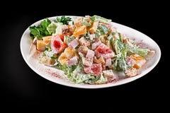 bakgrundsbunkehöna isolerade white för sallad för rice för parsleypersikastycken Feg Caesar sallad Caesar Salad med grillad höna  Arkivfoto