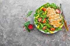 bakgrundsbunkehöna isolerade white för sallad för rice för parsleypersikastycken Köttsallad med den nya tomaten, söt peppar, arug Arkivbilder