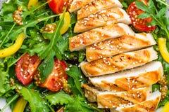 bakgrundsbunkehöna isolerade white för sallad för rice för parsleypersikastycken Köttsallad med den nya tomaten, söt peppar, arug Royaltyfri Bild