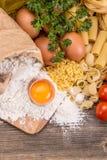bakgrundsCherryingredienser isolerade white för pastaspagettitomat Royaltyfria Bilder