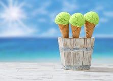 bakgrundschokladkottar lagar mat med grädde isicecream över white för pistaschjordgubbevanilj Royaltyfria Bilder