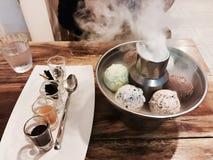 bakgrundschokladkottar lagar mat med grädde isicecream över white för pistaschjordgubbevanilj Arkivfoto