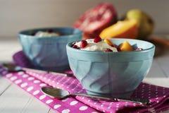 bakgrundschokladkottar lagar mat med grädde isicecream över white för pistaschjordgubbevanilj Royaltyfria Foton