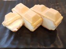bakgrundschokladkottar lagar mat med grädde isicecream över white för pistaschjordgubbevanilj Royaltyfri Fotografi