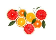 bakgrundscitrusfrukter isolerade white Isolerade citrusfrukter Stycken av den isolerade citronen, den rosa grapefrukten och apels Royaltyfria Bilder