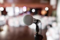 bakgrundsclosen isolerade den musikaliska studion för mikrofonen upp white Fokus på mic Abstrakt suddig konferenskorridor eller b Fotografering för Bildbyråer