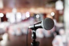 bakgrundsclosen isolerade den musikaliska studion för mikrofonen upp white Fokus på mic Abstrakt suddig konferenskorridor eller b Royaltyfria Bilder