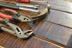 bakgrundscloseupen få metallskruvar tools vitt arbete Arkivfoto