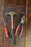 bakgrundscloseupen få metallskruvar tools vitt arbete Fotografering för Bildbyråer