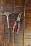 bakgrundscloseupen få metallskruvar tools vitt arbete Royaltyfri Bild