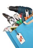 bakgrundscloseupen få metallskruvar tools vitt arbete Royaltyfri Foto