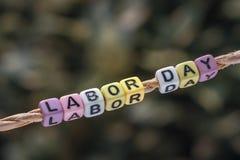 Bakgrundsconcpet för arbets- dag Ord för arbets- dag som hänger vid ett rep w Fotografering för Bildbyråer