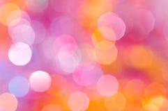bakgrundsdefocusen tänder lila purple Arkivfoton