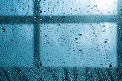bakgrundsdroppar som mycket intresserar vattenwindshielden Royaltyfri Foto