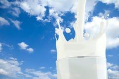 bakgrundsexponeringsglas mjölkar att plaska för sky Arkivbild