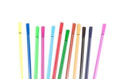 bakgrundsfärg färgade olikt isolerade många vita blyertspennapennor Royaltyfri Foto