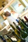 bakgrundsflaskor lagar mat wine royaltyfri bild