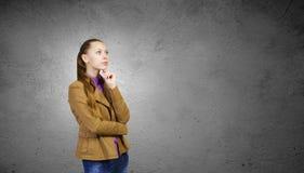 bakgrundsflicka över white för forstudiotonåring Fotografering för Bildbyråer
