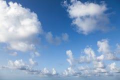 Bakgrundsfototextur av blå molnig himmel Arkivbilder