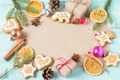 Bakgrundsgåvor, julkakor och apelsiner på en blå backgr Arkivfoto