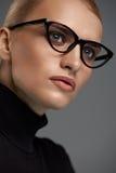 bakgrundsglasögonkvinnlig över white Härlig kvinna i exponeringsglas, Eyewear Arkivfoton