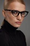 bakgrundsglasögonkvinnlig över white Härlig kvinna i exponeringsglas, Eyewear Royaltyfri Foto