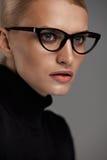 bakgrundsglasögonkvinnlig över white Härlig kvinna i exponeringsglas, Eyewear Fotografering för Bildbyråer