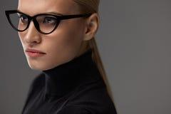 bakgrundsglasögonkvinnlig över white Härlig kvinna i exponeringsglas, Eyewear Royaltyfri Fotografi