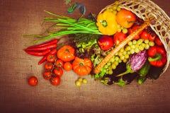 Bakgrundsgrönsaker och frukter för organisk mat i korgen överkant Royaltyfri Fotografi
