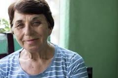 bakgrundsgrey över ståendepensionär sköt den le studiokvinnan arkivbilder